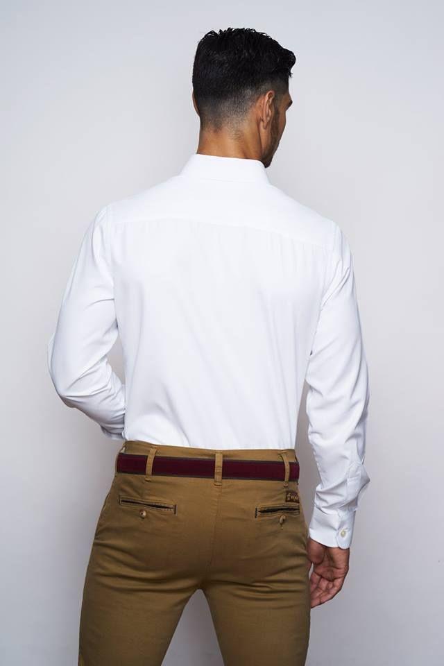 Camisa con un pequeño estampado en relieve de espiga, color blanco. Tacto algodón ligero y confortable. Corte slim fit. Cuello italiano. Botón cosido en aspa, ojal y logo bordado color blanco al tono.