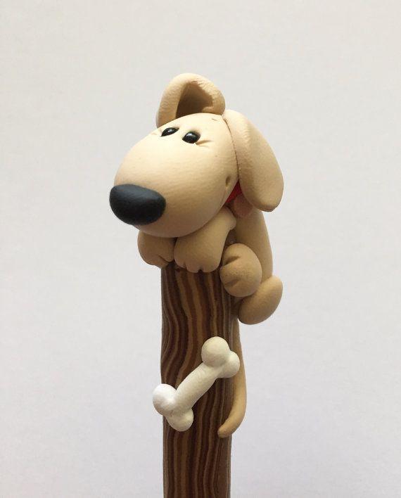 Perro de arcilla de polímero en un bolígrafo de palo
