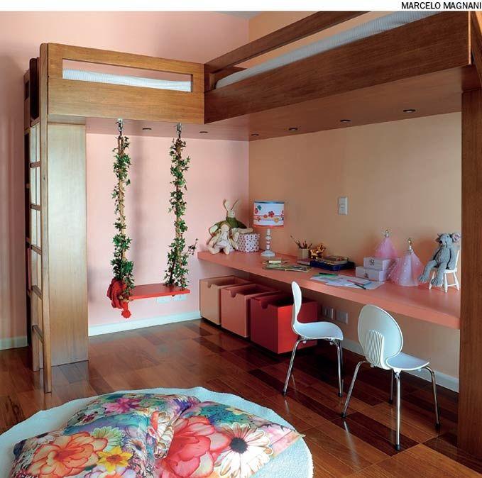A marcenaria sob medida garante o melhor aproveitamento do espaço: o móvel criado pela arquiteta Andrea Reis reúne pranchão para estudos, duas camas, prateleiras e até um cantinho para deixar as fantasias expostas.