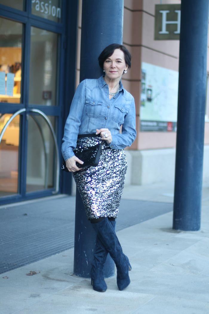 Lässiger Silvester Look mit Paillettenrock und Jeanshemd #matureblogger #50plusblogger