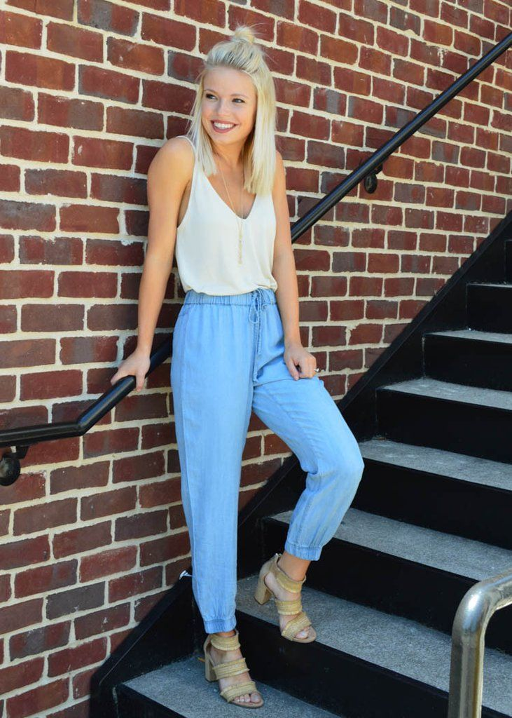 These cute & comfy chambray joggers are so chic and effortless! Whether you're rocking a sneaker or a heel, it works! #womensfashion #joggers #summerfashion #streetstyle #ontheroad