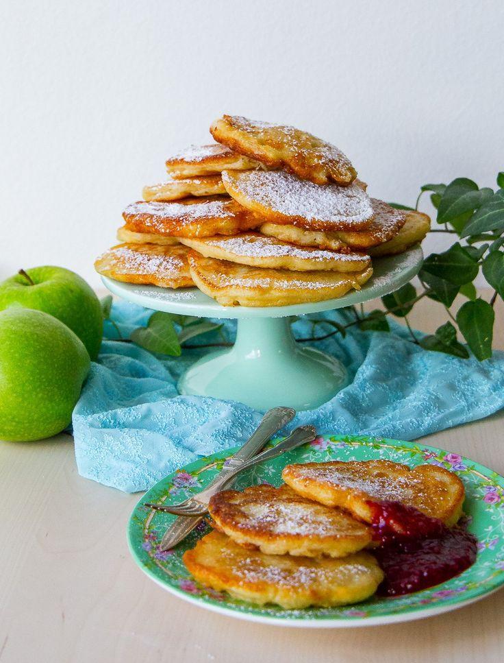 Fluffiga polska pannkakor stekta i olja och toppade med florsocker. De är en blandung mellan äppelmunkar och amerikanska pannkakor. Himmelskt goda! Ca 20 st pannkakor 2 st äpplen 5 dl vetemjöl 4 dl ljummen mjölk 2 st ägg 2 tsk torrjäst 2 tsk vaniljsocker 1 msk socker 0,5 tsk salt Florsocker till garnering Olja till stekning Gör såhär: Blanda mjöl, torrjäst, vaniljsocker, socker och salt i en bunke. Tillsätt ljummen mjölk och vispa smeten slät med en handvisp. Tillsätt äggen och vispa lite…