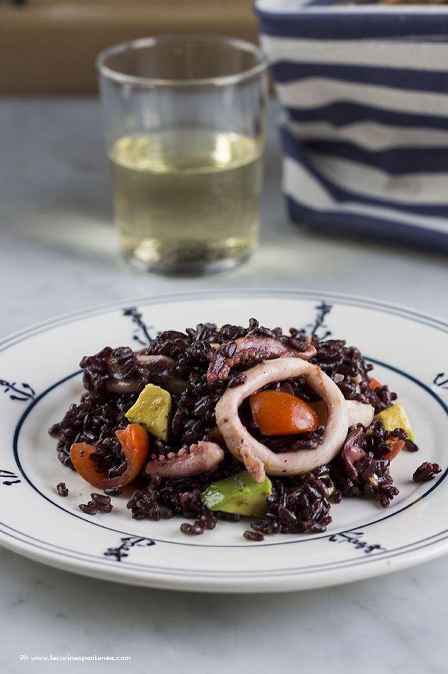 La cucina spontanea - ricette, fotografie e parole.: Riso venere con calamari, avocado e pomodorini