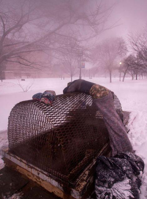 Waszyngton, bezdomny śpi ogrzewając się ciepłym powietrzem z wylotu wentylacyjnego. http://www.tvn24.pl/zdjecia/zdjecie-dnia,46897,lista.html