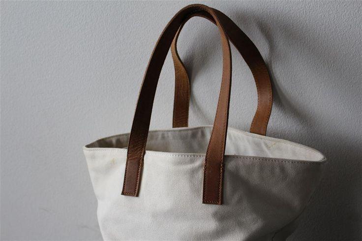 Vit handväska med läderdetaljer från Pieces - Isabella Löwengrip på