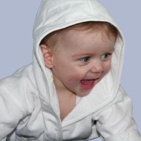 Unsere Bademaentel lassen sich ganz individuell mit dem Namen des Kindes besticken. Und machen so ein praktisches Geschenk zu etwas ganz Besonderem! #babycompany www.babycompany.de