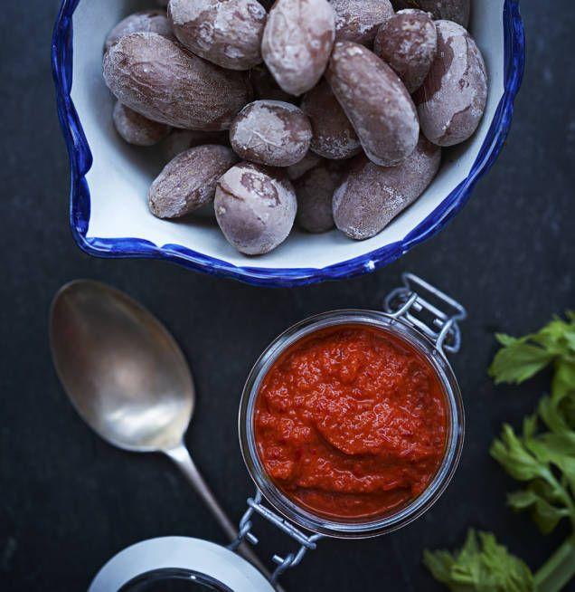 Mojo rojo med kanariepotatis är en läcker tapasrätt. Såsen är också god till grillat kött.
