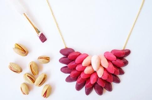 Como fazer um lindo maxi colar em tons degrade com reciclagem de cascas de pistache ~ VillarteDesign Artesanato
