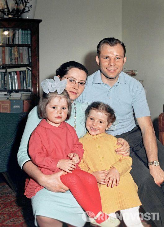 Семья первого космонавта планеты.