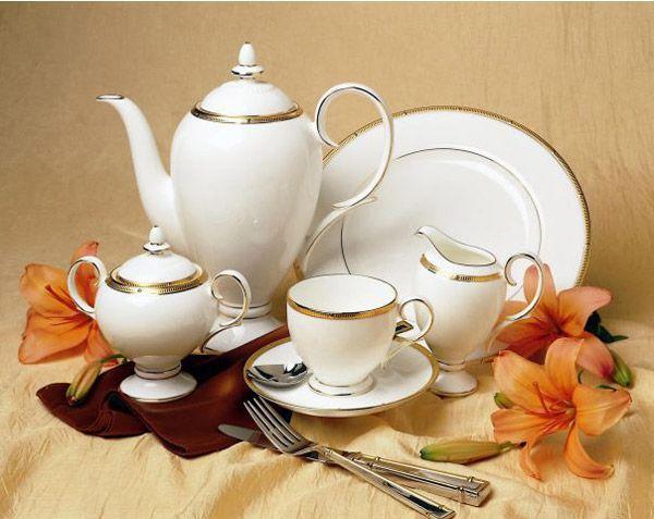 Сервиз чайный, 6 перс, 17 пр, Рошель Голд  Посуда из костяного фарфора. Комплектация: чашка чайная - 6, блюдце чайное - 6,  сахарница с крышкой (1+1), молочник, чайник с крышкой (1+1).