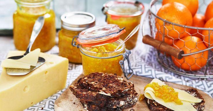 Enkel apelsinmarmelad som kokas ihop på mindre än tio minuter. Bred apelsinmarmeladen på smörgås av danskt rågbröd, smör och god ost.