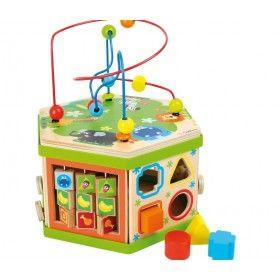 Drevený šesť-hranol so siedmimi rôznymi aktivitami pre deti sme nemohli nazvať inak ako múdra hračka. Hračka ponúka deťom hneď niekoľko možností hry, počas ktorej potrénujú motoriku svojich ručičiek, trpezlivosť, určovanie predmetov a tvarov a počítanie na zabudovanom počítadle.