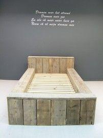 lekker stoer op de kamer een blok bed van steigerhout