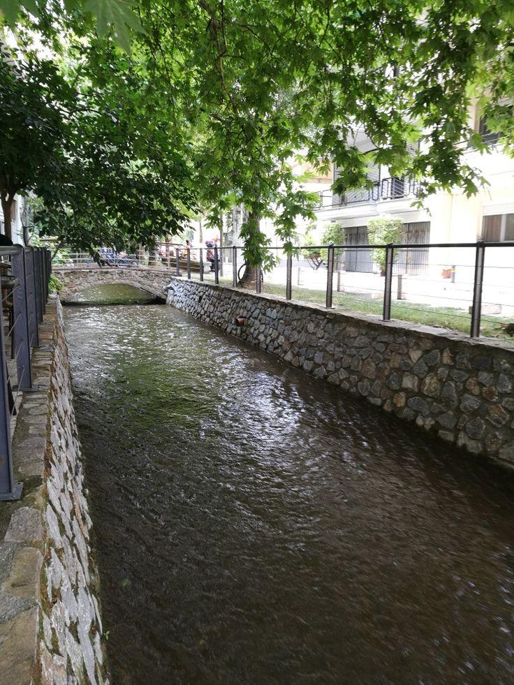Στη δροσιά του ποταμού, κάτω απο το γεροπλάτανο. Έδεσσα. Edessa city.