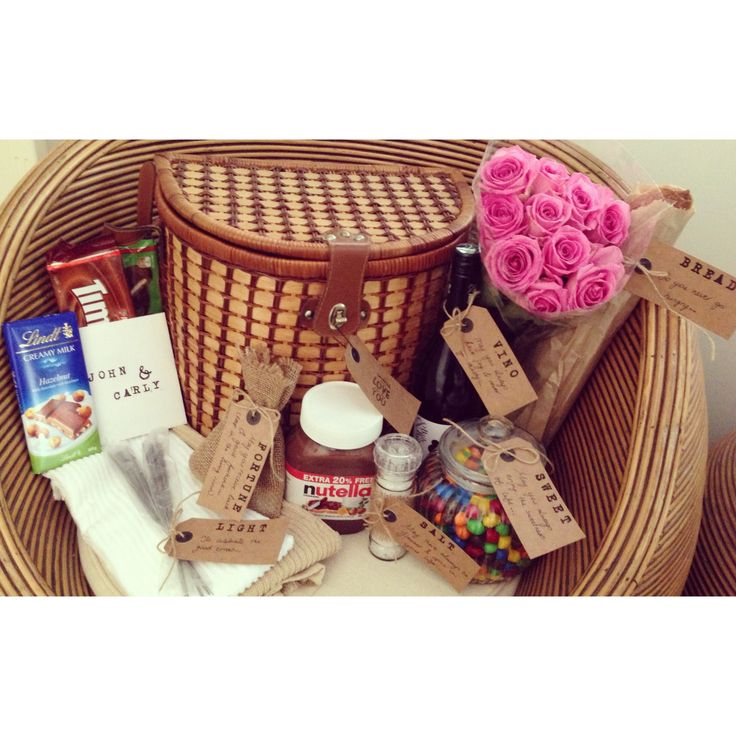 Ideas For A Picnic Basket Gift : Housewarming gift hamper in a picnic basket wine bread