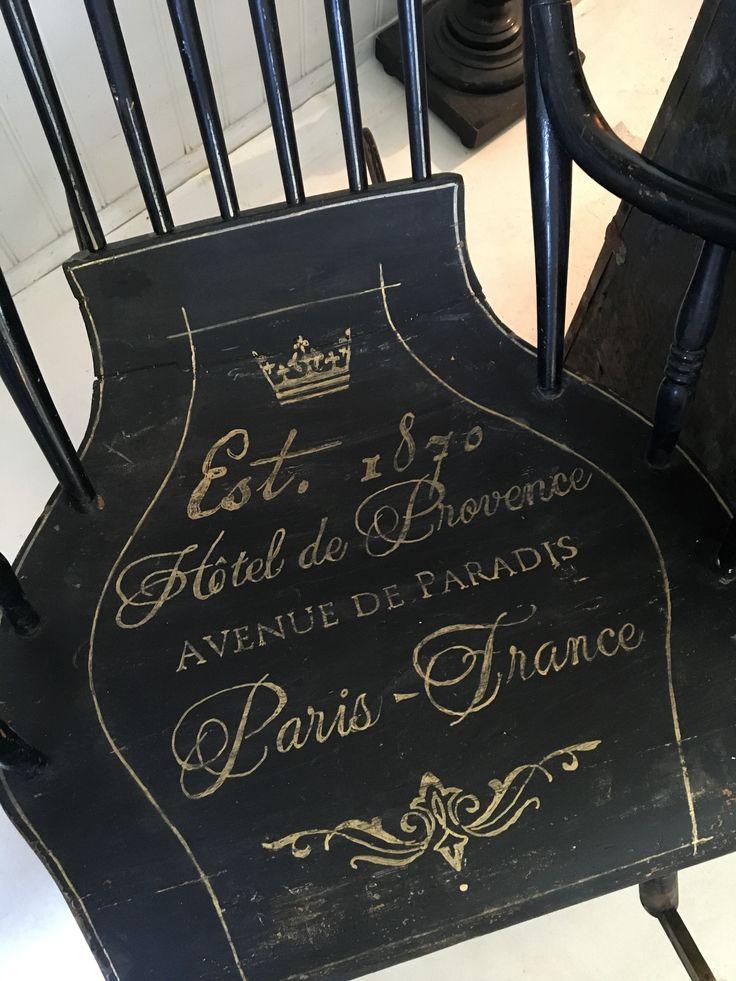 Himlarum - Svart gungstol fr slutet av 1800-talet med fransk text i guld
