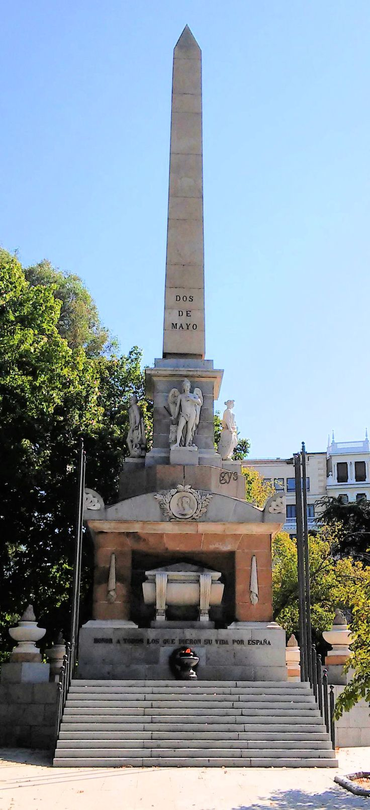 Monumento a los caídos por España con el Obelisco del 2 de Mayo. Plaza de la Lealtad, Madrid