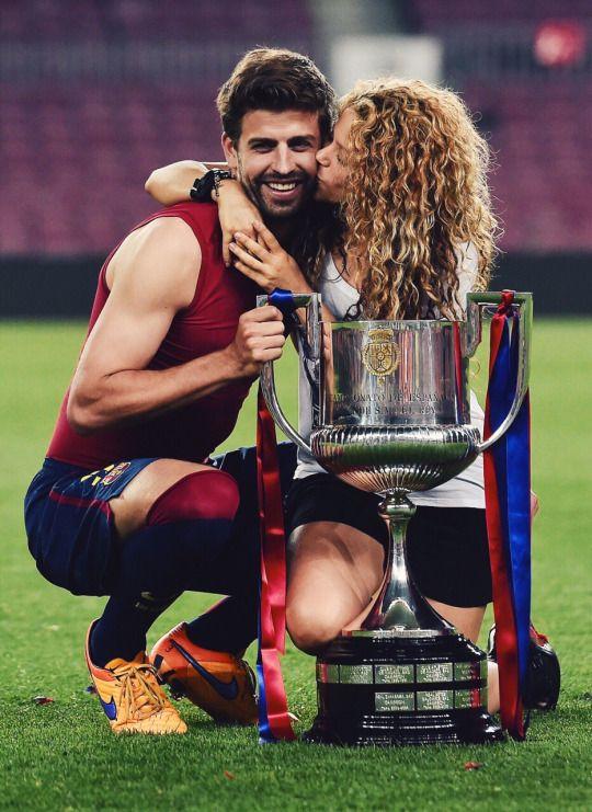 Piqué & Ehefrau Shakira - er spanischer Nationalspieler Weltmeister 2010 - Europameister 2012