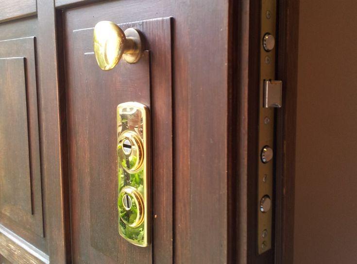 Serrature di sicurezza perporte blindate, metalliche, in legno e per porte box.Serrature di sicurezza a doppia mappa, a clindro europeo e con deffender.