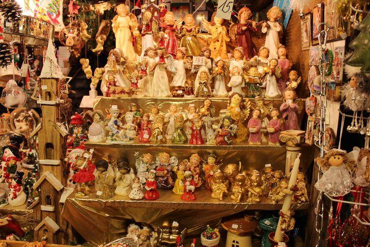 Рождество в Германии — главный праздник года, лишь немного отстает от него Пасха. Немцы начинают готовиться к Рождеству... с конца сентября. Да-да, уже в начале октября на витринах магазинов появляется новогодняя мишура и игрушки. Выглядит это несколько странно, ведь за окном стоит золотая осень и на улице что-то около +20, а с витрин уже улыбаются толстенькие Санты и Снеговики, но зато такой контраст поднимает настроение.