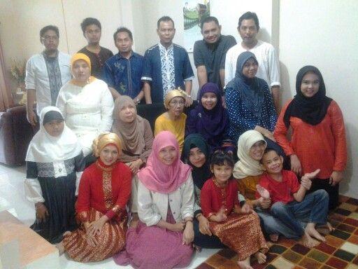 Silaturahmi di rumah mamaku. Di Jakarta ini mama dan 3 adiknya + keluarga masing2 pasti lebaranan di Depok.
