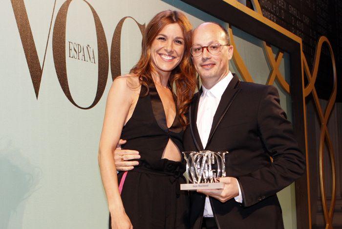 Premios Vogue Joyas 2012. La presentadora Raquel Sánchez Silva junto al joyero Isidoro Hernández, a quién entregó el premio Joya Nacional por su anillo Las Habichuelas Mágicas.
