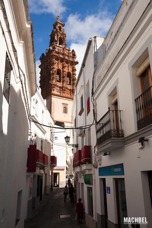 Callejuela con gente paseando, vista de la iglesia de San Miguel al fondo. Jerez de los Caballeros, Extremadura