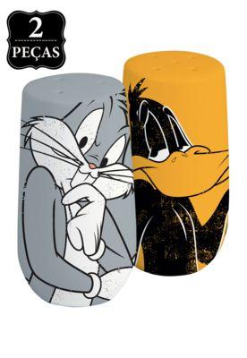 Saleiro e Pimenteiro Looney Tunes Bug And Daffy Cinza/Amarelo, feitos em cerâmica, possuem medidas 4x4x7cm. Contém um saleiro e um pimenteiro com estampas dos personagens Pernalonga e Patolino da franquia Looney Tunes.