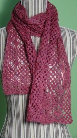 In questo post mi piacerebbe dire qualcosa su questa sciarpa realizzata all'uncinetto a punto ragno. Di questo punto ne esisto...