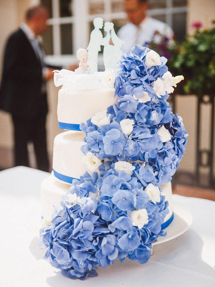 Hochzeitstorte in blau bei der maritimem Hochzeit von Nicole und Axel. Foto: Vivid Symphony