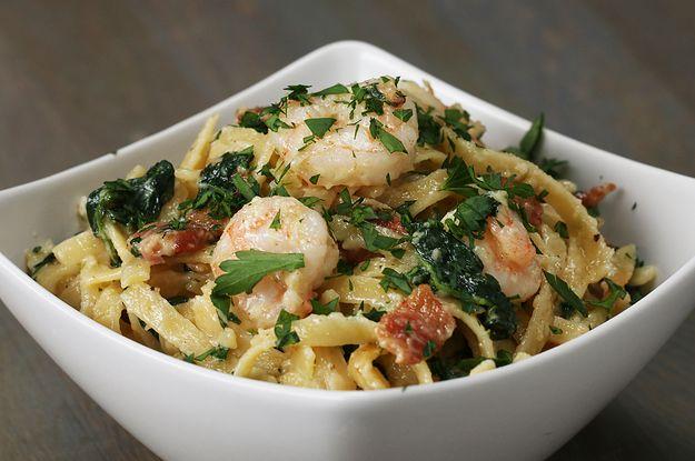 Aprenda a fazer o fettuccine Alfredo com camarão e espinafre:   Este fettuccine Alfredo com camarão e espinafre vai ser sucesso no jantar