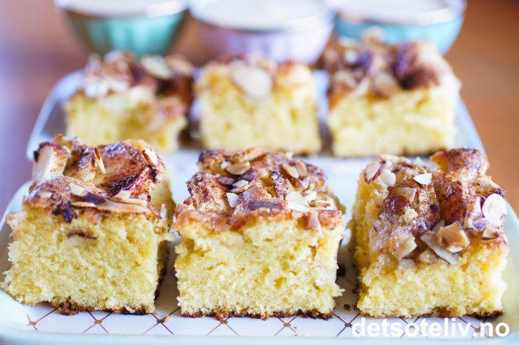 Dette er en god og stor oppskrift på eplekake. Eplekjekt! Kaken kan du dele opp i passe store firkanter og ha i fryseren. Sett et frossent kakestykke et par minutter i mikroen - og vips - så har du perfekt temperert eplekake klar til servering, gjerne med en kule vaniljeis.