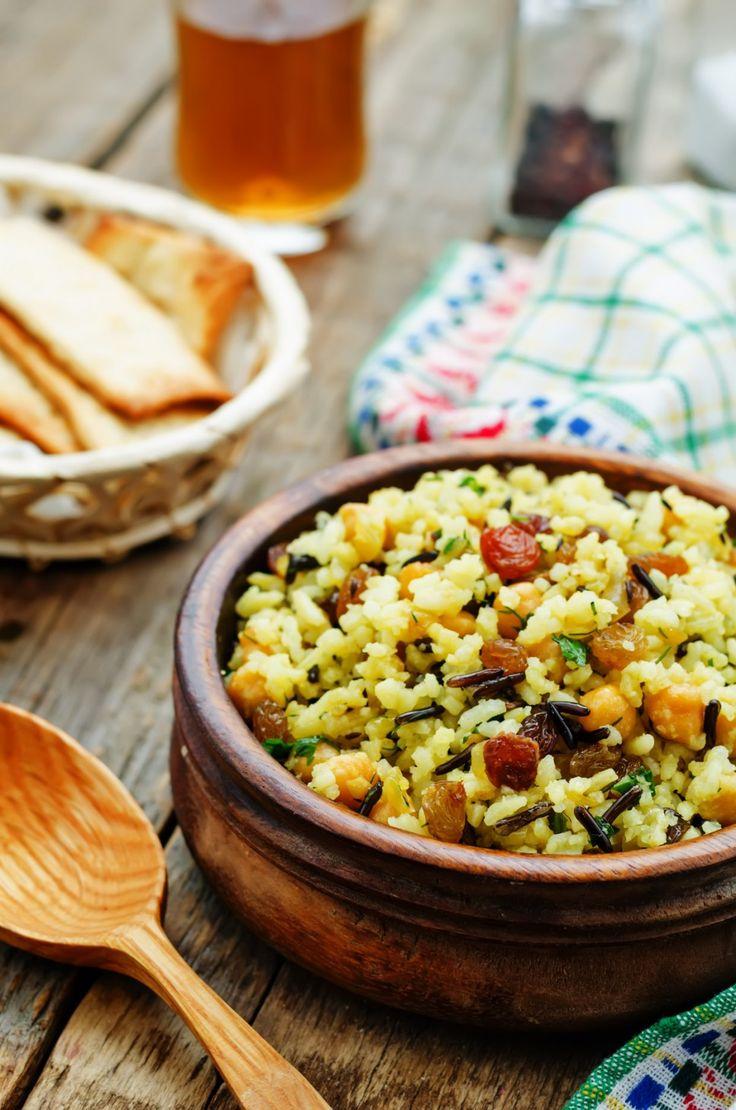 Propozycja na przekąskę lub lekką kolację. Sałatka z dzikim ryżem, ciecierzycą i ziołami będzie uciechą zarówno dla oczu, jak i dla organizmu.