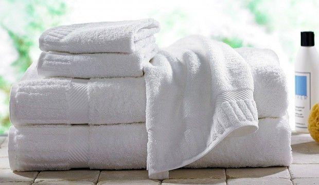 Jak oživit zašlé ručníky – Snadný a ekologický způsob Postup Perte ručníky nadvakrát. V první várce perte pouze pomocí horké vody a místo klasického prášku či gelu, přidejte hrnek octa. V druhém praní opět vynechejte čistící prostředek a tentokrát přidejte půl hrnku jedlé sody. Ručníky budou dokonale čisté, desinfikované a zbavené možného zápachu z usazeného čistícího prostředku mezi vlákny.