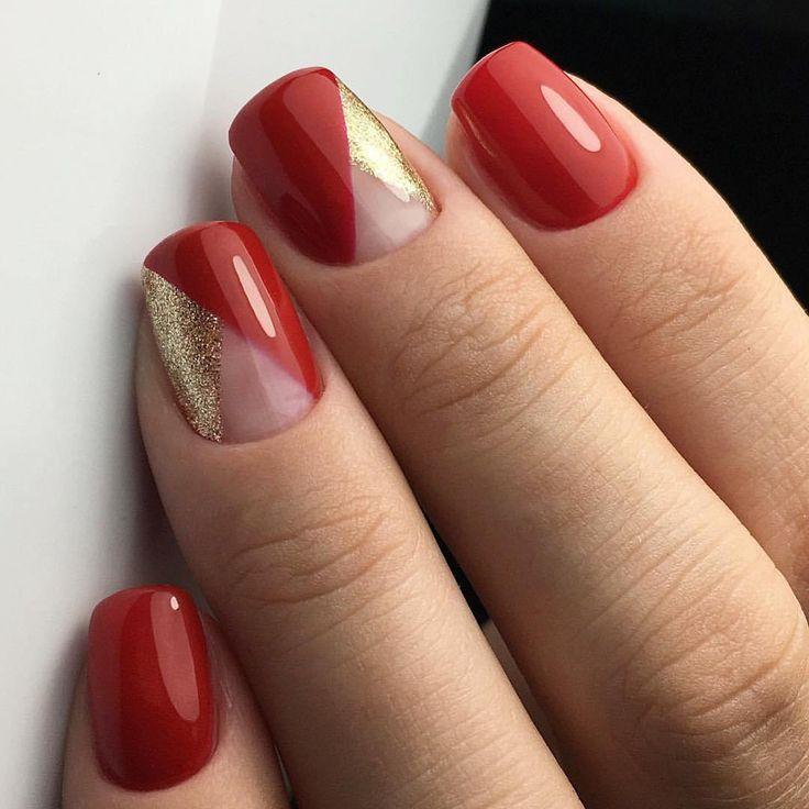 Красно-золотой геометрический дизайн на ногтях с не закрашенным треугольником. Треугольный лунный маникюр.