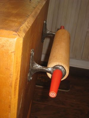 Rolling pin towel holder - do this with the old pin from Mom H....!!!