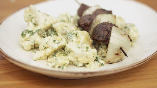 Eén - Dagelijkse kost - rundbrochetten met aardappel-bloemkoolsalade