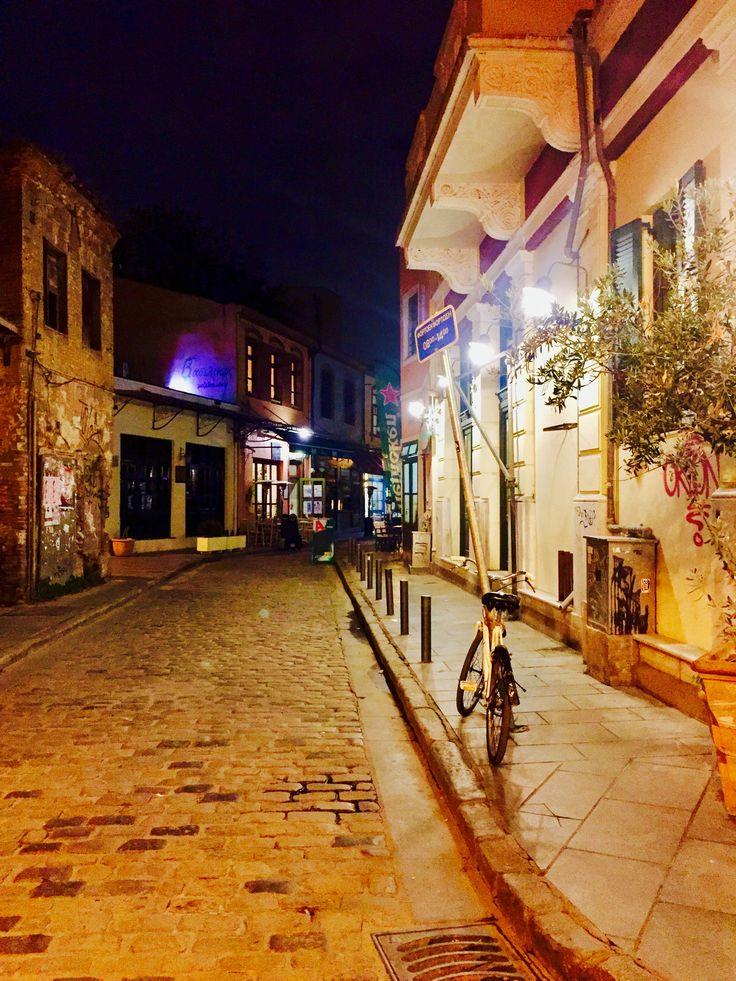 Ladadika'nın arka sokakları..    ❤️                                             #selanikrehberi #selanikbekliyor #selanik #thessaloniki #skg #greece #instagreece #greecestagram #ig_greece #ig_thessaloniki #yunanistan #gece #arkasokaklar #ladadika #night #lights #oldstreet
