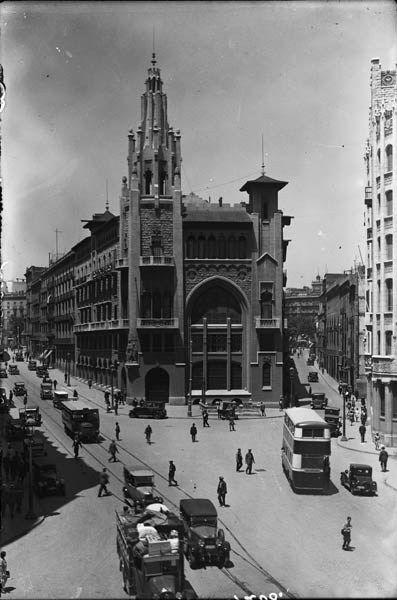 Edifici neogòtic de la Caixa de Pensions d'en Enric Sagnier Villavecchia, situat a la cruïlla de la Via Laietana amb el carrer Jonqueres. Va ser construït el 1917 per ser la seu central de la Caixa de Pensions.