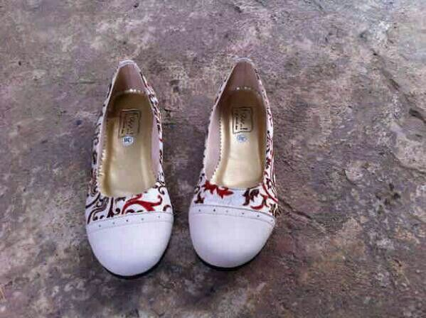 FAV Shoes putih Batik IDR 150K