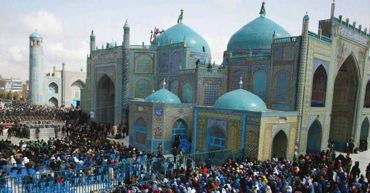 Afegãos se reúnem no santuário de Hazrat Ali, em Cabul, no Afeganistão, para celebrar nesta terça-feira (20) o Ano Novo (Noruz)