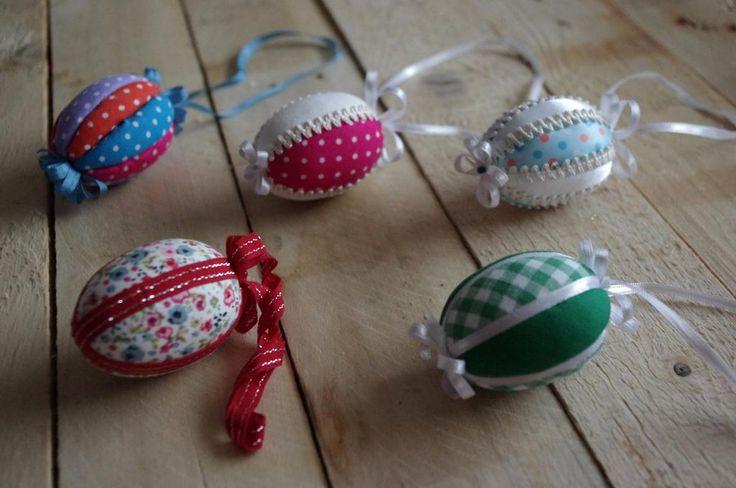 Patchworková vajíčka II. - Patchwork je specifická textilní technika. Jedná se o sešívání malých, různě barevných kousků látek tak, aby vytvářely geometrické vzory. ( DIY, Hobby, Crafts, Homemade, Handmade, Creative, Ideas)