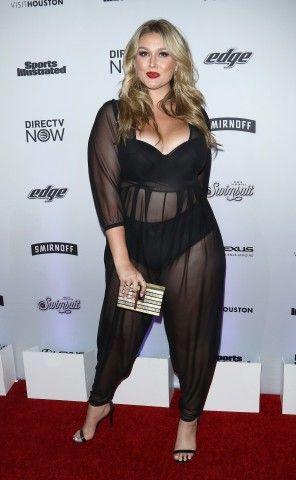 La modella curvy Hunter McGrady al photocall per la presentazione di Sports Illustrated Swimsuit 2017 a New York.