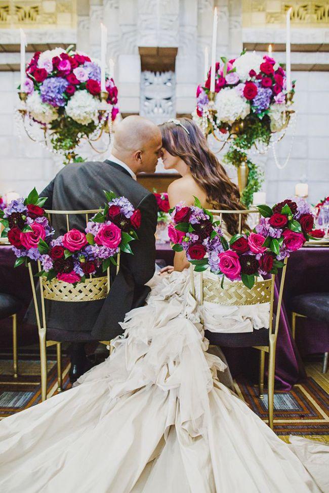 Решение во флористике для оформления свадебного зала: общий мотив декора центральных композиций стола и декора стульев