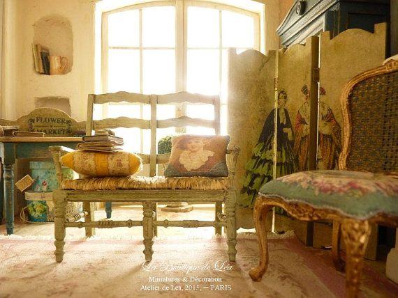 Provenzal Radassier miniatura madera y 18 real paja, verde, colección de muebles para en escala 1: 12 casa de muñecas  Sofá de estilo provenzal de madera y paja. 4,5 cm (l) X 9,5 cm (L) X 9 cm (h)  VENDEN sin accesorios *.  Pintura: Verde antiguo de 18 (esta sombra particular se dice que es similar a la parte posterior de las hojas de los olivos). Natural paja tejida a mano cubierto asiento.  ♥ La radassier es un típico sillón provenzal, con su forma única y sentado mantillo, respetar su…