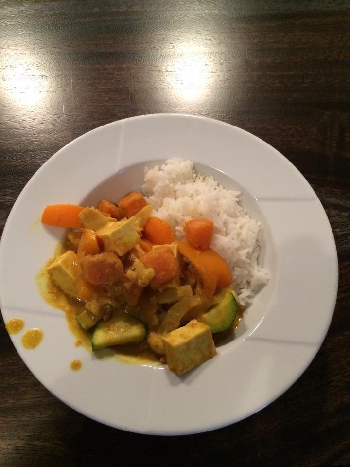 J'étais à la recherche d'une façon de cuisiner le tofu en sauce afin qu'il ne soit pas sec et que ça plaise autant à l'homme de la maison qu'à ma fille. Je me suis don…