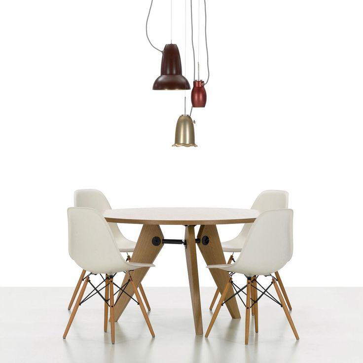 Eames plastic chair DSW fra Vitra. Vitra har nå lansert stolene med en ny sittehøyde. Du kan velge mellom sittehøyde på 41 cm / 43 cm (ny), 14 farger og tre utførelser av basen. «Å få mest mulig ut av det beste til flest antall mennesker for minst mulig» er Charles og Ray Eames beskrivelse […]