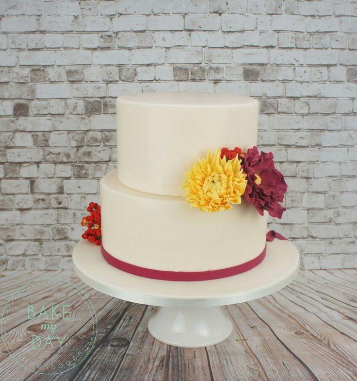 En elfenben bryllupskage med farverige håndlavet sukker blomster og håndfarvet rønnebær. www.bakemydaydk.com