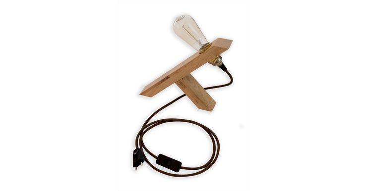 La lampe Y Light saura trouver discrètement sa place partout dans vote intérieur, salon, bureau ou chambre... Cette lampe à poser est constituée d'une ampoule vintage à filament ('Edison' ou 'Boule') montée sur une douille à vis en laiton, le tout relié à un pied de lampe en chêne brut en forme de Y inversé. Le cordon d'alimentation est un câble textile rond marron lamé d'un mètre soixante. L'interrupteur et la fiche électrique sont en plastique noir. Options possibles : 2 types d'ampoules…
