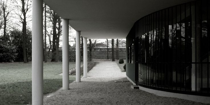 """Le Courbesier used columns to """"lift"""" the home above its surroundings."""